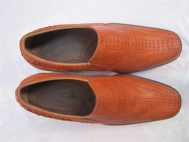 Giày nam màu vàng da cá sấu con