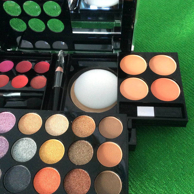 http://shopdep24h.com/images/phan-ma-hong-phan-mat/bo-phan-sivanna-colors-pro-make-up-palette/IMG_6718_zpsxq1rhvja.jpg